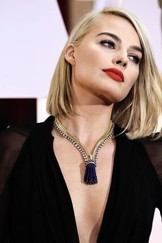sne:  girlwithdeathmask:  insanity-and-vanity:  fassyy:  Margot Robbie attends 87th Annual Oscars    *bows down*  I'm obsessed w this  how did i not see her