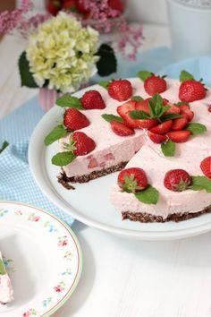 Erdbeer-Minz-Torte mit Müsliboden , ganz ohne backen. Eine  tollen sommerlichen Kühlschranktorte mit einem Müsliboden aus Kölln Knusper Müsli Schoko Minze und einer leckeren Erdbeer-Frischkäsecreme mit Beeren-Minze.Die ideale Sommertorte,so lecker und erfrischend.