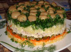 """Салат """"Грибная поляна"""" Ингредиенты: Шампиньоны консервированные лук зеленый и укроп вареное мясо морковь по-корейски твердый сыр картофель вареный огурцы маринованные майонез Приготовление: 1. Взять среднюю кастрюльку. Грибы уложить шляпками вниз. 2. Сверху грибов мелко нарезанную зелень. 3. Затем отварной картофель. 4. Утрамбовать и смазать майонезом. 5. Затем огурцы, майонез. 6. Мясо, майонез. 7. Морковь, майонез, сыр. 8. Затем кастрюлю перевернуть на блюдо, и вот наш красавец!"""