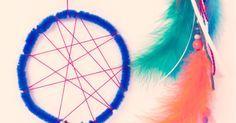 """Traumfänger sollen schlechte Träume einfangen. Bastelt euch einen ganz persönlichen Traumfänger als Dekoration für das Kinderzimmer.  Ihr braucht: Chenilledraht (""""Pfeifenputzer"""") bunte Bänder und Schnüre Perlen Federn  So geht's: Formt zunächst aus einem Stück Chenilledraht einen Ring und verzwirbelt die Enden. Nun spannt ihr das Netz, in dem sich die schlechten Träume verfangen [...]"""