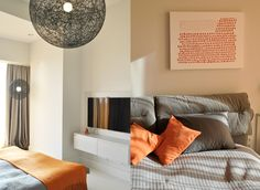 Sypialnia - lekka, w szarościach, plus energetyczny pomarańcz. Klimatyczne lampy Moooi.