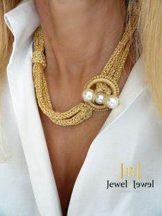 Girocollo in filato oro con nodi e chiusure con di JewelnotJewel . This would look great in wire made into a lariat Textile Jewelry, Fabric Jewelry, Beaded Jewelry, Handmade Jewelry, Etsy Jewelry, Gold Jewelry, Knitted Necklace, Knot Necklace, Necklace Holder