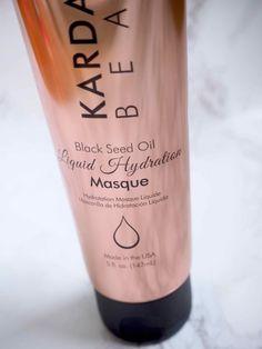 OSTOLAKOSSA:  Kokeilin Kardashian Beauty Black Seed Oil Liquid Hydration Masque -hiusnaamiota ja hiukset tuntuivat jo niitä huuhtoessa aivan ihanan sileiltä, mutta eivät silti liian liukkailta. Kaikki hämmentävät tuntemukseni jatkuivat koko matkan märistä kuiviin hiuksiin, sillä kuivina ne vasta mielettömät olivatkin.