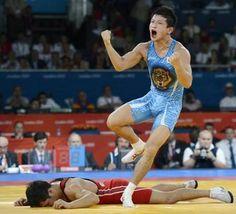 男子グレコローマン60キロ級3位決定戦 カザフスタンのケピスパエフ(下)を破り、ガッツポーズする松本隆太郎=エクセル(共同)