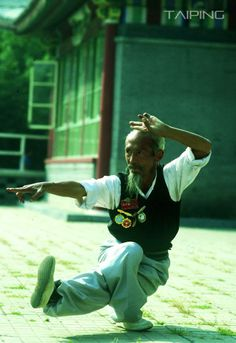Age just a number . Bruce Lee Martial Arts, Kung Fu Martial Arts, Chinese Martial Arts, Martial Arts Styles, Martial Arts Techniques, Tai Chi, Energy Arts, Beautiful Yoga Poses, Shaolin Kung Fu