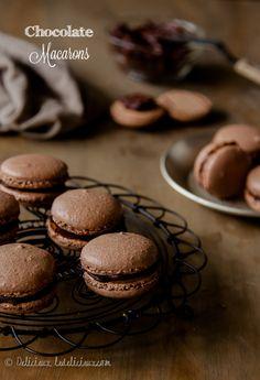 Шоколадные Macarons наполненные темного шоколада ganche рецепт |  с помощью deliciouseveryday.com