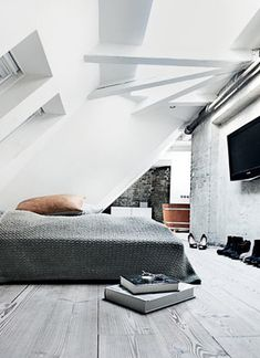 attic bedroom, large knit bedspread, exposed rafters, and look at that tub. It is made the same way a barrel is made. really design ideas room design design interior design Loft Room, Bedroom Loft, Home Bedroom, Bedroom Decor, Bed Room, Gray Bedroom, Serene Bedroom, Design Bedroom, Attic Bedrooms