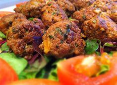 Saftige marokkanske kødboller (kefta) – Mad for Galleriet Salmon Dinner, Exotic Food, Dinner Is Served, Mediterranean Recipes, Food Dishes, Food Inspiration, Meal Planning, Lchf, Food And Drink