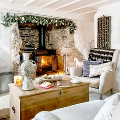 Country living room pictures and photos for your next decorating project. Find inspiration from of beautiful living room images Scandi Living Room, Cottage Living Rooms, Cottage Homes, Small Cottage Interiors, Salons Cottage, Inglenook Fireplace, Country House Interior, Country Homes, Country Living