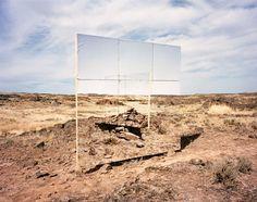 Chris Engman est un artiste plasticien et photographe américain qui aime jouer avec nos sens et nos perceptions.  Ses installations faites de bois, de miroirs et de tissus imprimés, sont la plupart du temps positionnées dans des No man's land. Elles jouent avec l'environnement et diffusent leur propre réalité. Les univers créés par Chris Engman semblent proches de nous tout en étant artificiels et fabriqués.