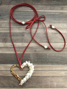 Corazon perlado en collar metalico ajustable. por CaroAccessories
