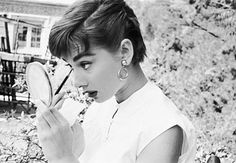 How to Look Like Audrey Hepburn. Audrey Hepburn was one of the most beautiful women who ever lived, partially because of her elegance and partially because of her inner beauty. Her style is timeless and spirited, and she brought fashion. Audrey Hepburn Pixie, Audrey Hepburn Outfit, Audrey Hepburn Photos, Audrey Hepburn Hairstyles, Aubrey Hepburn, Audrey Hepburn Fashion, Short Pixie, Short Hair Cuts, Short Hair Styles