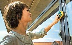 Få rene ruder uden striber. For at lykkes med vinduespudsningen skal du både bruge de rigtige redskaber og den rigtige teknik. Følg vores guide, og få flotte vinduer uden striber. Vand, Housekeeping, Good To Know, Cleaning Hacks, Planter, Household Tips, Mj, Advice, Decor