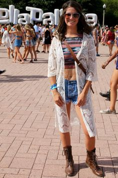 Pin for Later: The Lollapalooza Street Style Was Seriously Good Last Year An ikat top and an oversize crocheted vest? She's got the Lolla look down. Festival Looks, Festival Style, Street Style Outfits, World Of Fashion, Fashion 2015, Lollapalooza, Adidas Outfit, Business Outfits, Classy Outfits