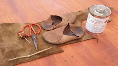 Learn to make leather soles to make your moccasins last longer. This tutorial will show you step by step how to make your soles keeping the soft-soled quality of your moccasins and making them stronger. Coaching, Indian Shoes, How To Make Shoes, How To Make Moccasins, Shoe Pattern, Leather Moccasins, Tutorial, Huaraches, Leather Working