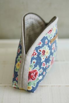 DIY Pattern & Tutorial in Pictures. Makeup Bag Tutorials, Diy Makeup Bag, Cosmetic Bag Tutorial, Zipper Pouch Tutorial, Makeup Bag Pattern, Small Coin Purse, Small Cosmetic Bags, Pouch Pattern, Bag Patterns To Sew