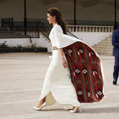 Very elegant Queen Rania. I love the inside fabric of her dress! Dubai Fashionista, Royal Fashion, Look Fashion, Womens Fashion, Fashion Design, Fashion Photo, Luxury Fashion, Modest Fashion, Hijab Fashion