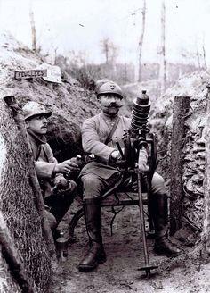 16/ L'armement - Deux fantassins, dont l'un s'apprête à tirer avec un lance-grenades Guidetti. La ville au bois, Aisne, 1916. © ECPAD / France / Bilowski Henri
