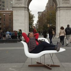 This #NewYorker is totally relaxing in style in our La Chaise designed by Ray and Charles Eames around #NYC today!! #streetseats #eames #lachaise #modern #midcentury #mcm #midcenturymodern #iconic #designer #seat #chaise #furniture #furnitureporn #ny #moma #charlesandrayeames #white #fiberglass #reproduction