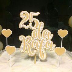 Topo de bolo personalizado @criart.festa para os 25 da Rafa! Orçamentos por Direct ou Whatsapp 62 981694253 #topodeboloscrap #topodebolopersonalizado #topodebolo #topodebolodepapel #festapersonalizada #25anos #festaadulto