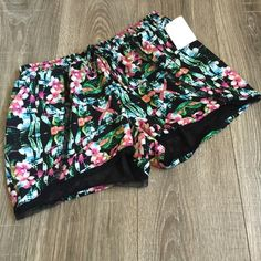 OLIVE + OAK Tropical Floral Print Elastic Shorts Adorable elastic waist shorts. The last photo is how these fit, just a different print. Brand new. Size Medium. Olive & Oak Shorts