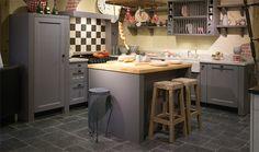 Grijs/blauwe landelijke keuken met authentiek terrazzo werkblad en houten barblad.