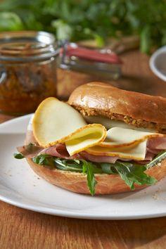 Rezept Géramont-Schinken-Bagel: Bagel zum Frühstück sind vor allem in den USA beliebt: Diese Variante mit Schinken und Géramont feine Scheiben ist besonders köstlich.#cestbon
