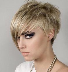 La tendance est à l'asymétrie, et cette femme porte une coupe très actuelle. Ses cheveux ont été coupés court, dégageant la nuque et les oreilles. Par contre, une longue frange traverse son front, en se terminant par une pointe qui descend jusqu'à son menton.