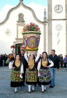 As Romarias de Viana do Castelo começam no mês de Maio, tradicionalmente, com esta Festa em Vila Franca. O ponto alto é o desfile dos Cestos Floridos, confecionados com pétalas de flores naturais, transportados à cabeça pelas mordomas.