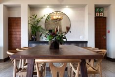 Dining table contrast wood Safari Decorations, Round Mirrors, Round Dining Table, Contrast, Rustic, Wood, Interior, Furniture, Home Decor