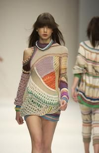 Looks like Missoni has created the perfect seventies take on the forties- look and added a sweet deco touch. All of their new belts and accessories are the perfect muted shades nabbed from wallpaper palettes of the seventies. Knitting Designs, Crochet Designs, Crochet Patterns, Freeform Crochet, Knit Crochet, Crochet Fashion, Crochet Clothes, Crochet Projects, Couture