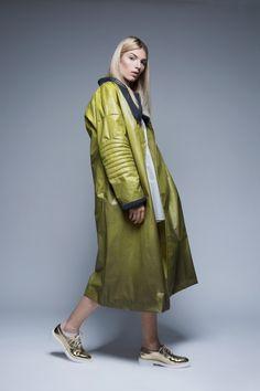 Protingas drabužis, kuris pats keičia spalvą, transformuojasi savo formomis ir funkcijomis, atstoja net kelis įprastus rūbus ir galų gale sutaupo ir pinigų, ir be saiko naudojamų gamtos išteklių. Ar toks drabužis įmanomas? Duster Coat, Normcore, Jackets, Design, Style, Fashion, Down Jackets, Swag, Moda