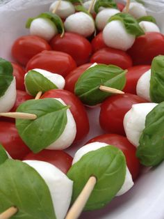Basilicum Tomaat Mozzarella prikkers! Recept op: http://www.chezbo.nl/food/mini-mozzarella-tomaat-hapjes/