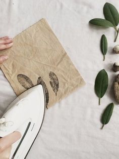 How to print with plants onto fabric — kaliko Fabric Painting, Fabric Art, Diy Painting, Fabric Crafts, Diy Crafts, Linen Fabric, Natural Dye Fabric, Natural Dyeing, Fabric Stamping