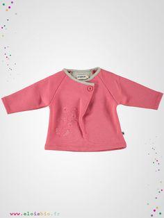 Sweatshirt en molleton de coton bio, avec broderie, souple, doux et chaud qui fera le bonheur des enfants Les plus : – modèles avec manche raglan, – cols plier grâce à un bouton, – broderie devant.