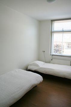 Slaapkamer met twee 1-persoonsbedden.