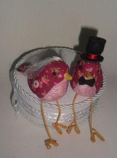 Pássaros confeccionados em tecido estampado  pernas em arame encapado    Noiva - véu de tuli e flor de cetim  Noivo - cartola e gravatinha em feltro R$ 70,00