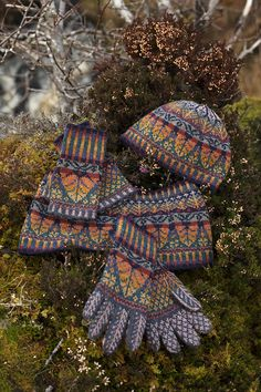 Oregon Autumn Hat Set patterncard knitwear design by Alice Starmore Fair Isle Knitting Patterns, Fair Isle Pattern, Knitting Stitches, Knitting Socks, Knitted Hats, Shawl In A Ball, Fall Hats, Yarn Crafts, Hand Warmers