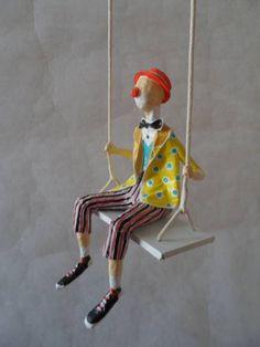 Palhaço no balanço em miniatura | Papel pra toda Obra Toy Art, Glue Art, Origami Paper Art, Paper Mache Crafts, Paper Mache Sculpture, Circus Art, Paperclay, Clowns, Doll Maker