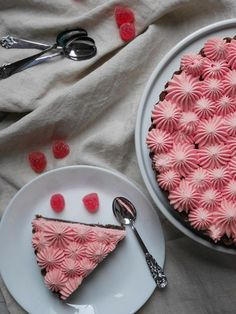 Jag har hittat nyckeln till att göra en festlig tårta, som är kul att dekorera, enkel att baka och kräver minimalt med tid. Kladdkaka med olika sorters smaksatt grädde! Tänk bara på att...
