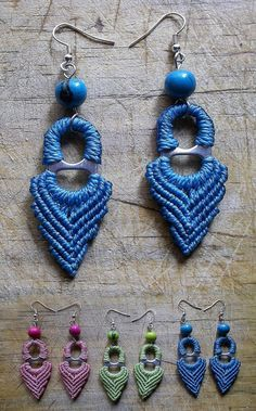 Macrame ~ On closer inspection, these seem to be made with pop-can pull-tabs . very creative! Soda Tab Crafts, Can Tab Crafts, Macrame Earrings, Macrame Jewelry, Crochet Earrings, Kumihimo Bracelet, Pop Top Crafts, Pop Can Tabs, Micro Macramé