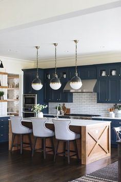 Kitchen Interior Design Kitchen of the week! Check out this navy blue farmhouse kitchen with a subway tile splashback. Ultra modern version of farmhouse style. Home Decor Kitchen, Interior Design Kitchen, New Kitchen, Kitchen Wood, Kitchen White, Awesome Kitchen, Kitchen Backsplash, Kitchen Countertops, Faucet Kitchen