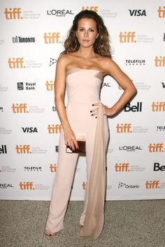 kate beckinsale cara delevingne face of an angel tiff 11 Kate Beckinsale and Cara Delevingne pose together while arriving at the premiere of their new film The Face Of An Angel held during the 2014 Toronto International… Kate Beckinsale Hair, Underworld Kate Beckinsale, Kate Beckinsale Pictures, Toronto Film Festival, Azzaro, L'oréal Paris, International Film Festival, Cara Delevingne, Look Fashion