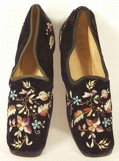 Paire de chaussures d'intrieur en velours brodé Victoria et Elizabeth