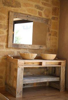 Meubles de salle de bains avec palette en bois recyclage avec bassins en imitation de Pierre et de miroir. À la main. Lavabo de meuble avec