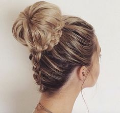 Annie does amazing things with her hair. What do you think about this up-do? #hairinspiration (pc: @anniesforgetmeknots)