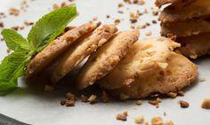 Receta de Eva Arguiñano de botones o galletas caseras de mantequilla espolvoreadas con almendra, un postre elaborado en el horno de forma sencilla.