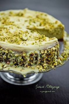 Pistachio Cheesecake with white chocolate sauce. - it is there somewhere great site but needs to be translated Quick Dessert Recipes, Just Desserts, Sweet Recipes, Delicious Desserts, Yummy Food, Pistachio Cheesecake, Pistachio Cake, Cheesecake Recipes, Unique Cheesecake Recipe