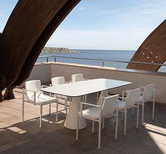 Comedor de exterior con dos bases de la colección Pot y sillón colección Una de Calma