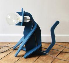 La lampe Get Out Cat bleu marine apporte une touche féline et d'humour à votre intérieur, elle trouve sa place sur une table, au sol, de la chambre au salon ! Elle plaira aussi bien aux enfants qu'aux plus grands. #luminaire #design #designcontemporain #contemporarydesign #nedgis  #luminairedesign #clotilde&julien #getoutcat #lampeàposer #tablelamp #enostudio #lampechat  #catlamp #chambre #bedroom #livingroom #salon #bleu #blue